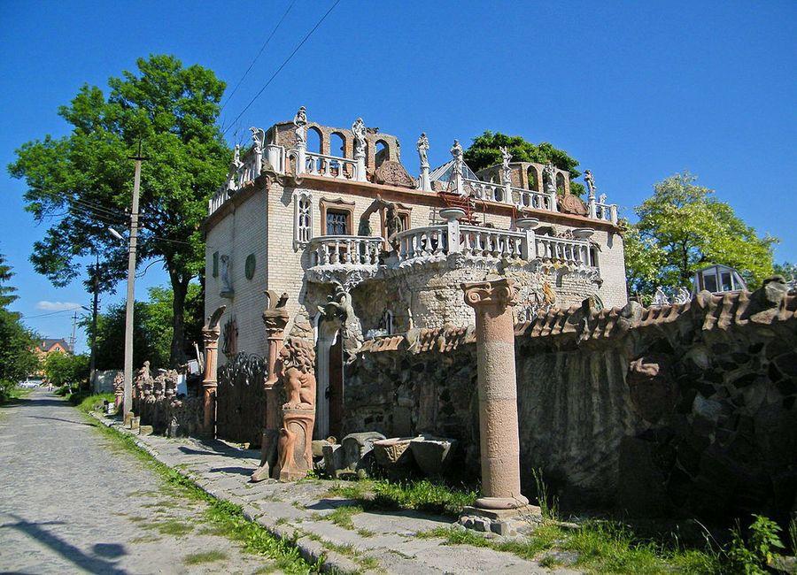 будинок з химерами Луцьк