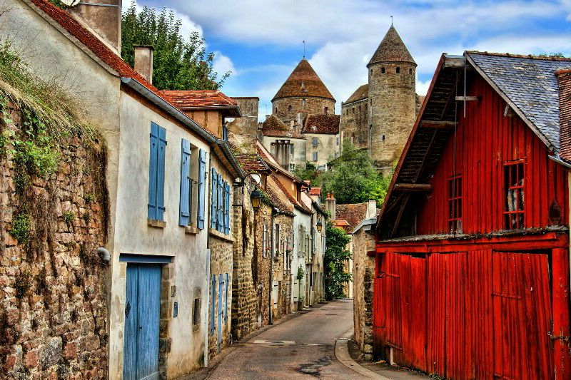 Середньовічне містечко в Бургундії