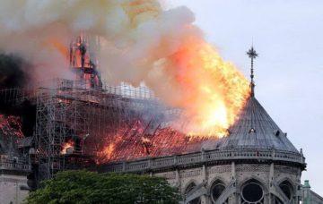 На даху палає пожежа