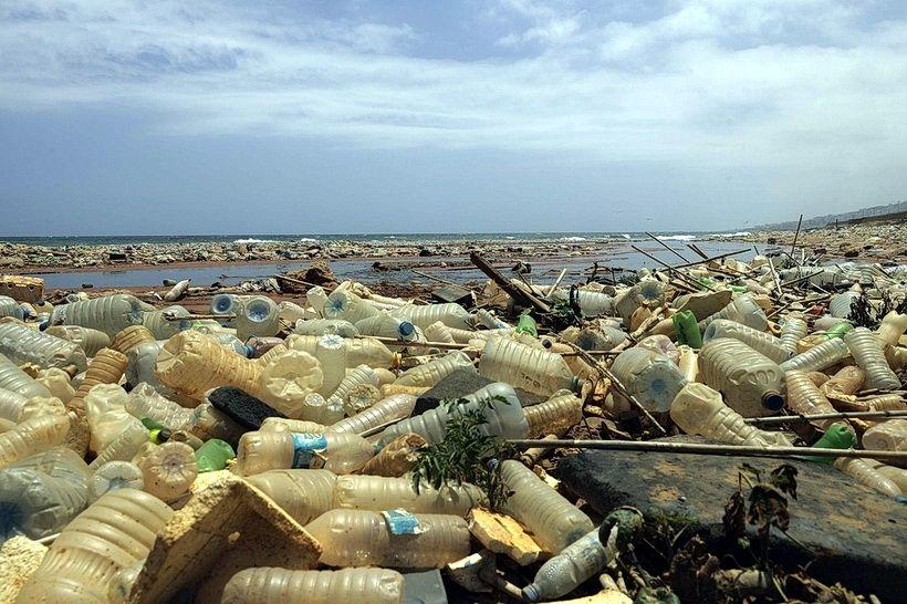 Гора пластикових пляшок