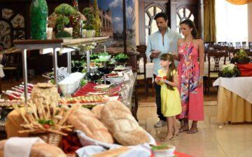 Постояльців турецьких готелів попросили доїдати