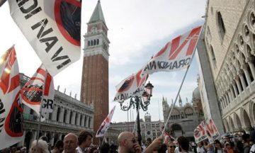 Венеціанці вимагають заборонити захід круїзних лайнерів в лагуну