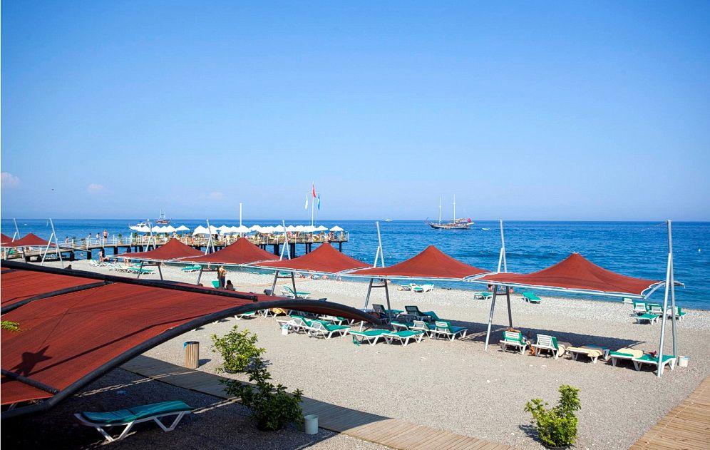 Пляж в Limak Limra Hotel & Resort