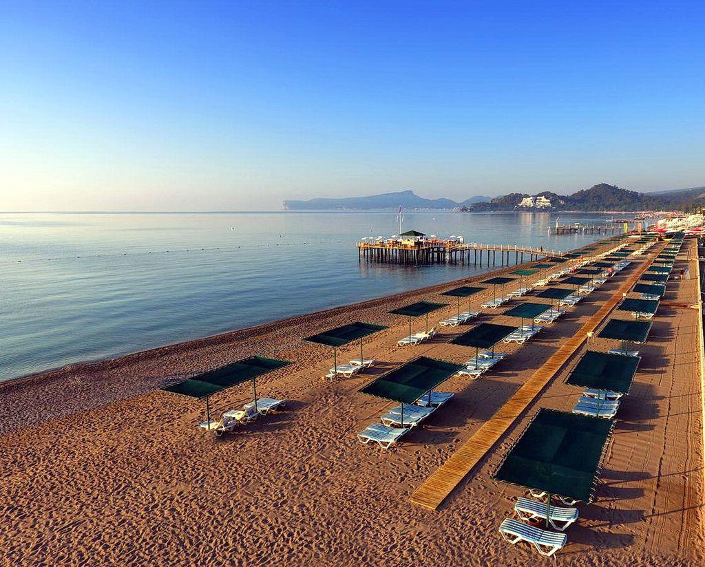 Пляж готелю Mirage Park Resort