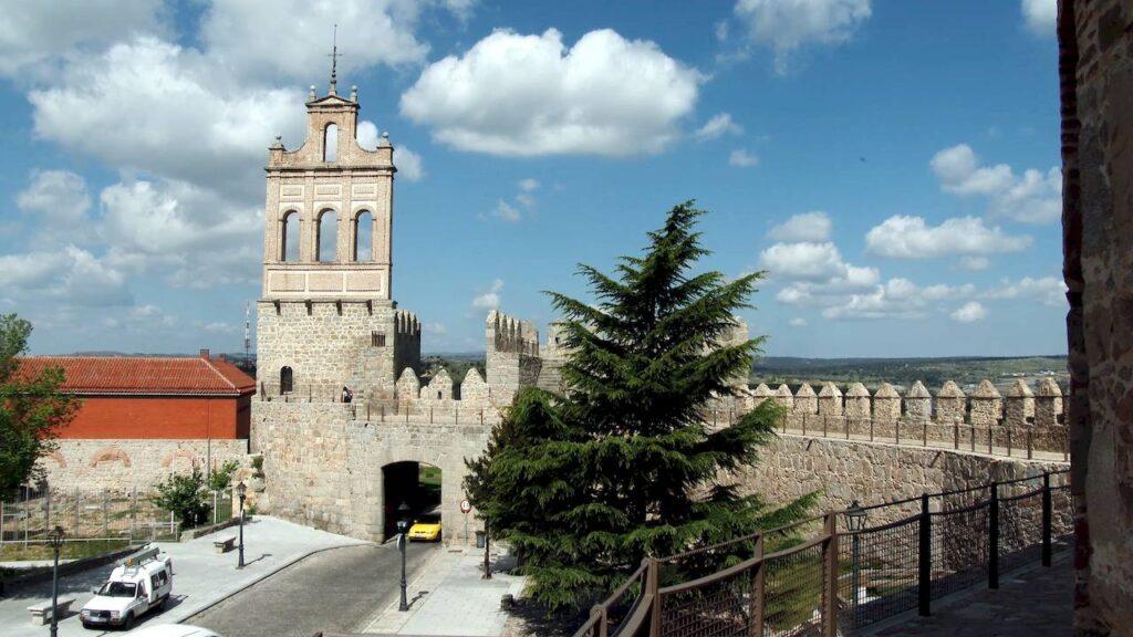 """Північні ворота і монастир """"взутих"""" кармелітів"""