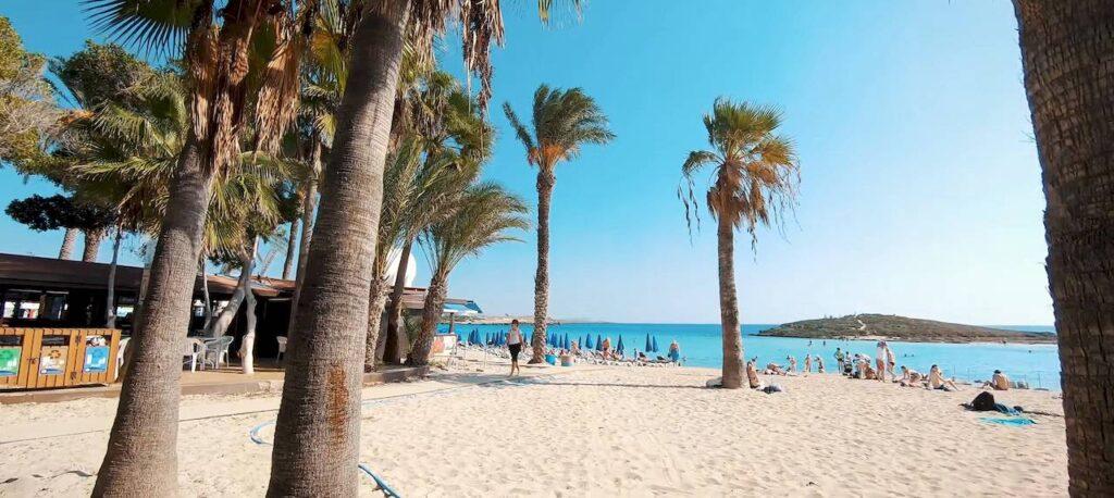 Пляж Ніссі Кіпр